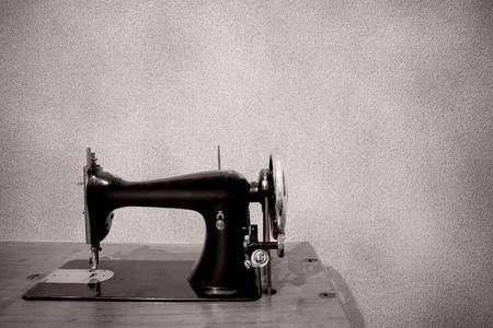una m�quina de coser muy antigua sobre un fondo blanco photo
