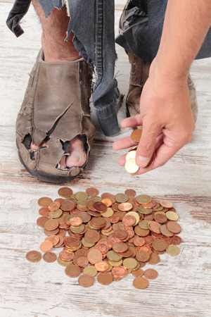 limosna: unos pobres manos tomar algunas monedas