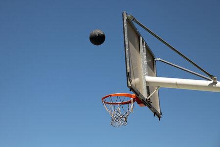 balon baloncesto: bola de baloncesto, aro y la canasta al aire libre Foto de archivo