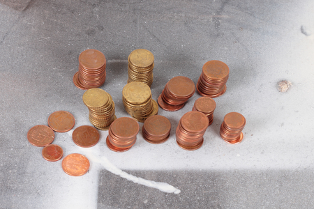 old coins: mucchio di monete su una superficie sporca Archivio Fotografico