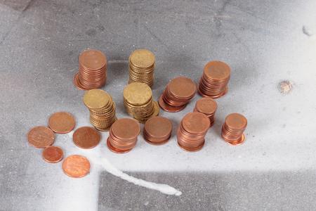 monedas antiguas: pila de monedas sobre una superficie sucia