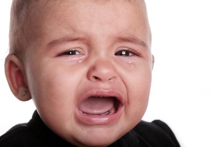ni�o llorando: hermoso beb� llorando aislado en blanco
