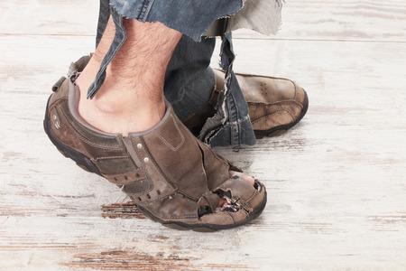 hombre pobre: concepto de una persona pobre y sus pies