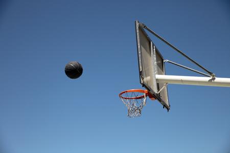 balon baloncesto: pelota de baloncesto, aro y una cesta al aire libre