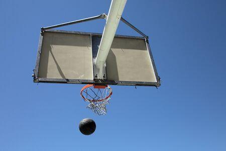 balon de basketball: pelota de baloncesto, aro y una cesta al aire libre