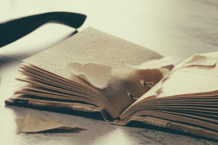 irrespeto: libro rasgado con páginas en blanco en tapa dura en la mesa
