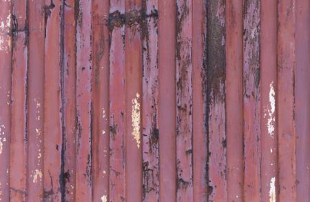 lineas verticales: pared metálica roja manchada con líneas verticales. horizontal tiro.