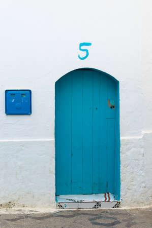Marokkanische Haustür in Chauen in der typischen Farbe des Dorfes. Standard-Bild - 88262826