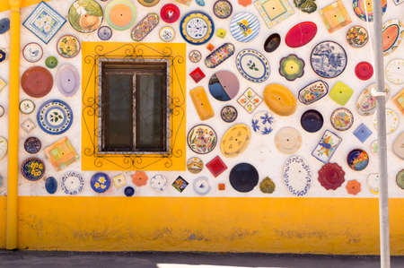 Side of a ceramic shop in the middle of the road parallel to the Portuguese Algarve coast. 版權商用圖片