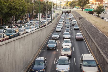 Mexico, Mexique - 30 mai 2012: Voitures en plein trafic dans l'avenue Viaducto, à l'heure de pointe.