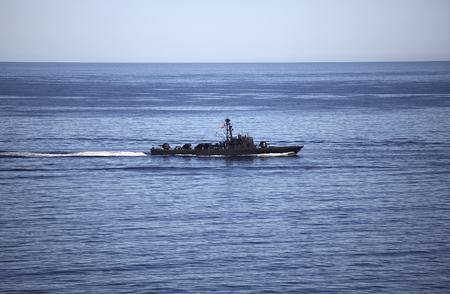 bandera chilena: Chilean naval vessel in the sea. Editorial