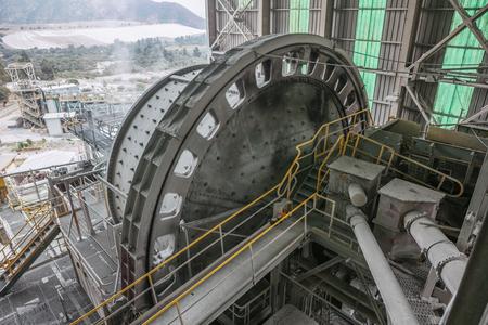 Eine Kugelmühle innerhalb einer kupferverarbeitenden Industrie. Standard-Bild