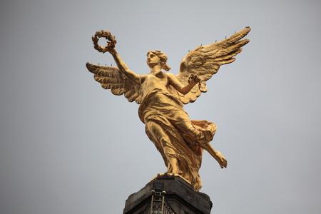"""""""Victoria con alas"""" Un monumento de oro del ángel de la independencia que honra 1910 la independencia de México. Foto de archivo - 77311764"""