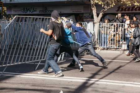 Valparaiso, Chile - June 01, 2017: Protests in Valparaiso, following President Michelle Bachelet's annual state-of-the-union speech to Congress. Фото со стока - 80139750