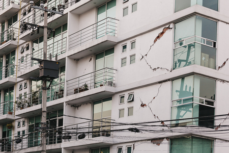 Earthquake damage on an apartment buiding in Mexico City. Фото со стока - 97342146