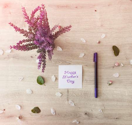 agradecimiento: Tarjeta del día de madres con las flores en la tabla de madera