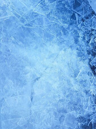 Zerschmettertes Eis auf der Fluss- oder Seeoberfläche. Abstrakter Hintergrund. Ende des Winters, der Frühling kommt Konzept.