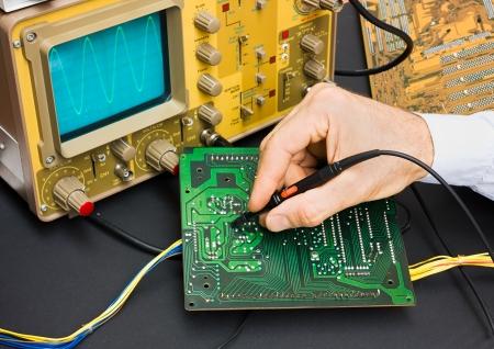 oscilloscope: scheda elettronica con oscilloscopio - riparazione elettronica componenti - elettronica servizi laboratorio di test