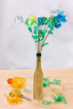 reciclaje creativo - flores hechas de trozos de botellas de pl�stico  Foto de archivo - 7669969