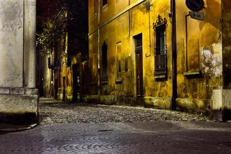 oscuro: callej�n oscuro en la esquina de noche, sucia de calle en el casco antiguo  Foto de archivo