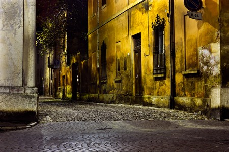 alejce: ciemny aleja na noc, dirty rogu ulicy w starym mieÅ›cie