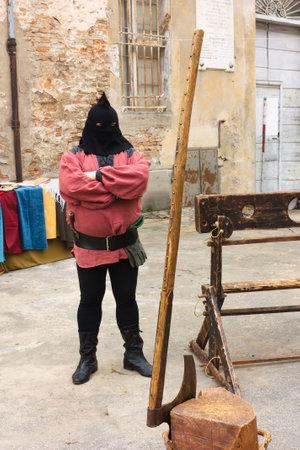 ahorcado: FAENZA, RA, Italia - el 7 de noviembre: verdugo con picota, el hacha, el bloque de ejecuci�n. Recreaci�n hist�rica en