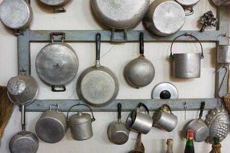 cocina antigua: establecer de antiguos utensilios - equipo retro de la abuela de cocina Foto de archivo