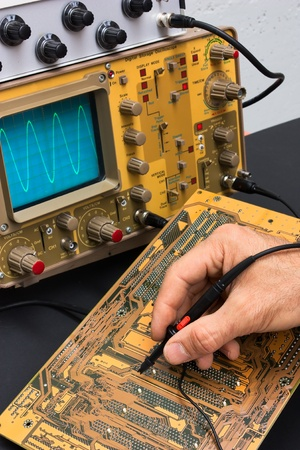 oscilloscope: Scheda elettronica con oscilloscopio - riparazione elettronica componenti - elettronica servizi laboratorio di test Archivio Fotografico