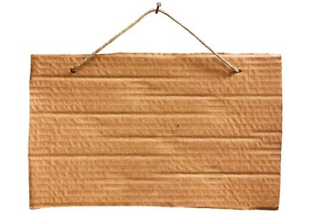 aviso vacía de colgantes de hoja de cartulina con cadena y uñas, panel de señal en blanco aislado Foto de archivo