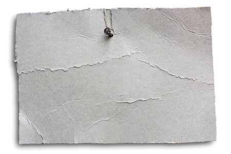lege gerimpelde uithangbord genageld, lege aankondiging van grey gekraakt kartonnen blad opknoping