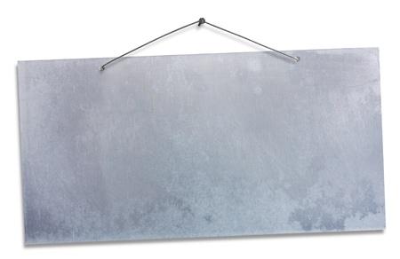 feuille d'aluminium vide suspendu avec fil et ongle, enseigne vide isolé sur blanc, bannière grunge vide, un tracé de détourage