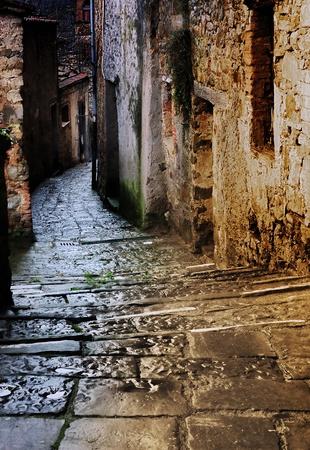 alejce: grunge ciemnej uliczce z klatki schodowej w nocy w starej wiosce Toskanii