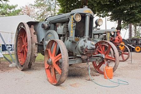 """two stroke: antiguo tractor Landini de Super (1937) del motor bombilla caliente, de dos tiempos monocil�ndrico de unidad, con la botella de gas y el golpe de l�mparas para calentar la cabeza del cilindro para el motor de arranque. exhibido en el festival """"Fiesta de mutor"""" el 12 de junio de 2011 en Pezzolo di Russi, Rabenna, Italia"""