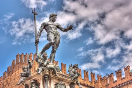 de la antigua estatua de Neptuno, el dios del agua y el mar en la mitología romana y la religión, un famoso monumento del Renacimiento italiano, en Bolonia, Italia - imagen HDR Foto de archivo
