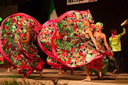 Jocaycu Ensemble aus Kolumbien - kolumbianischen Tänzer in traditioneller Kleidung führt beliebten Tanz am International Folk Festival am 5. August 2012 in Russi, Ravenna, Italien Standard-Bild - 14721178