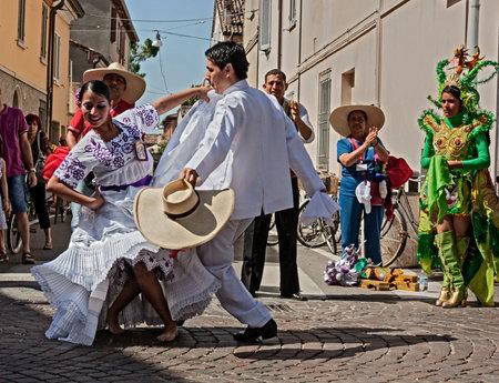 suitor: insieme Imagenes del Per� - danzatori peruviani con abito colorato e la maschera esegue danza popolare al Festival Internazionale del Folklore, il 5 agosto 2012 a Russi, Ravenna, Italia