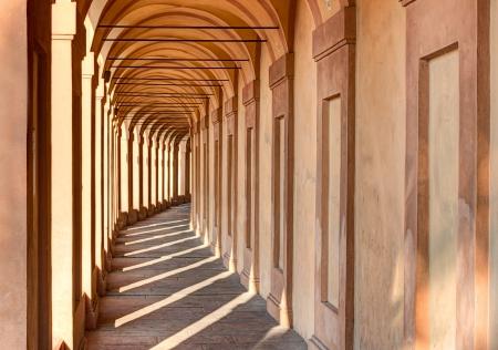 Portico di San Luca, Bologna, Iraly: die Vorhalle, die das Heiligtum der Madonna di San Luca Verbindung zu der Stadt, eine lange (3,5 km) monumentale überdachte Arkade bestehend aus 666 Bögen Standard-Bild - 15503692