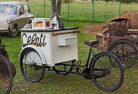 carretto gelati: vecchia bicicletta cream ice - antico italiana carretto dei gelati