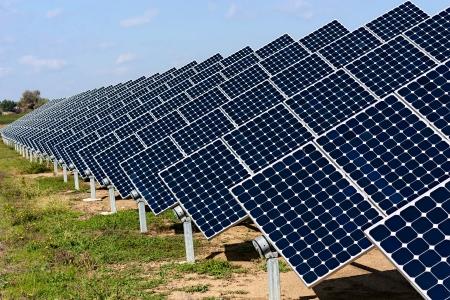energia renovable: paneles fotovoltaicos - Panel solar para producir energía limpia, sostenible y renovable fuente de energía alternativa - Foto de archivo