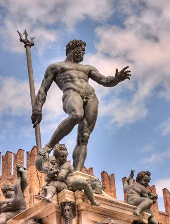 neptuno: la antigua estatua de Neptuno, el dios del agua y el mar en la mitología romana y la religión, un famoso monumento del Renacimiento italiano, en Bolonia, Italia