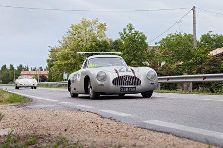 viejo coche de carreras Mercedes Benz 300 SL W194 (1955) en el rally Mille Miglia de 2013, la famosa carrera hist�rica italiana (1927-1957) el 17 de mayo de 2013 en Ravenna, Italia Foto de archivo - 19711909