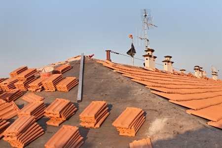 trussing: tetto installazione ristrutturazione di carta catramata, nuove piastrelle, camino e antenna tv Archivio Fotografico