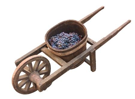 carretilla: carretilla de madera vieja con IVA para el transporte de la uva - antigua herramienta para la producción de vino