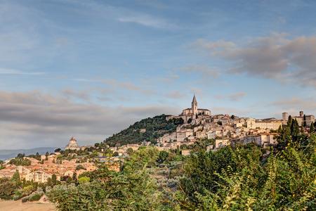 paesaggio all'alba di Todi, antica cittadina sulla collina in Umbria, Italia Archivio Fotografico