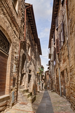 vintage: pittoreske antieke smal steegje in de oude Italiaanse stad Todi, Umbrië, Italië