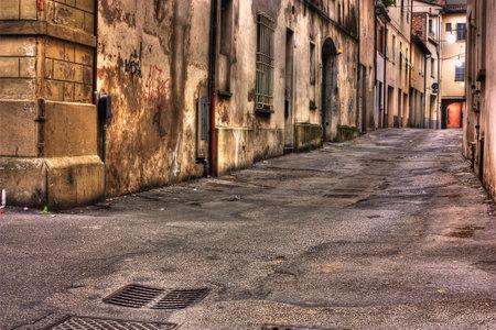 vintage: grunge donkere steeg, sloppenwijken van de stad, smerige vuile hoek van de straat, de decadente oude stad, straat 's nachts in de sloppenwijk, verloedering in Italië, grunge verontruste Italiaanse steegje
