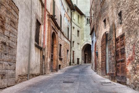 vintage: pittoreske oude smalle steeg in de oude Italiaanse stad Trevi, Umbrië, Italië Stockfoto