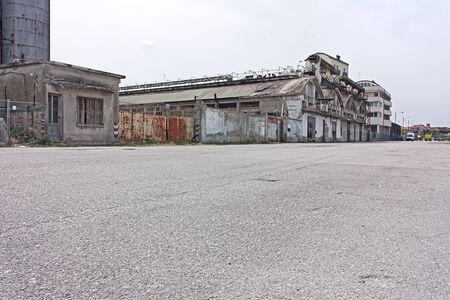 verwüstet Straße auf den Docks von Port - Wüste Vororten der Stadt mit verlassenen Lagerhäusern und Fabriken