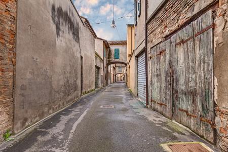vintage: smalle donkere steeg in de oude stad - grunge leeftijd straat - noodlijdende steegje in de Italiaanse stad
