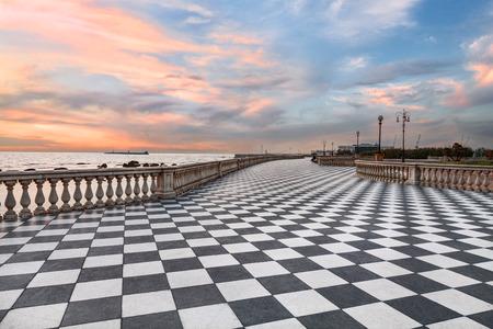 Mascagni Terrasse Promenade von Livorno Toskana Italien malerische Küste bei Sonnenuntergang mit schwarz-weiß karierten Bürgersteig und Säulen bannister Standard-Bild - 39640366